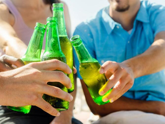 Freunde stoßen mit Bier an, Ideen für deine Party