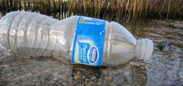 Flüsse können Plastikmüll über hunderte oder tausende Kilometer bis ins Meer spülen.