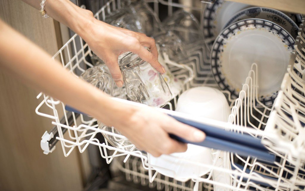 Wasser sparen: Spülmaschine richtig vollmachen