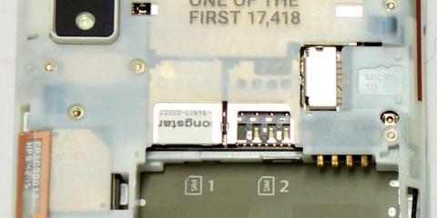 Das Fairphone 2 kann zwei Micro-SIM-Karten (1,2) und eine Micro-SD-Speicherkarte aufnehmen