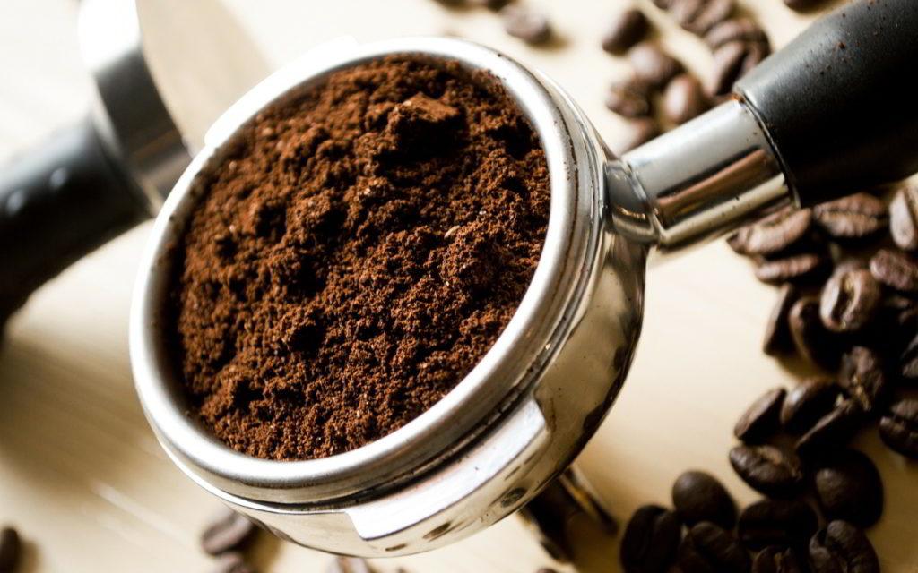 Kaffee färbt Ostereier braun