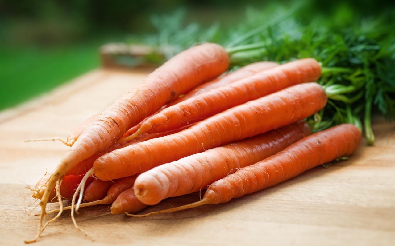 Karotten färben Ostereier gelborange