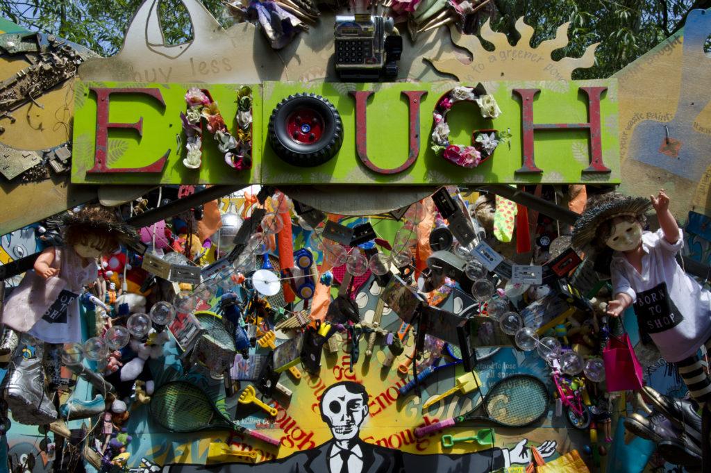 Schluss mit Konsum – die Message eines Kunstobjekts desGlastonbury Festivals.