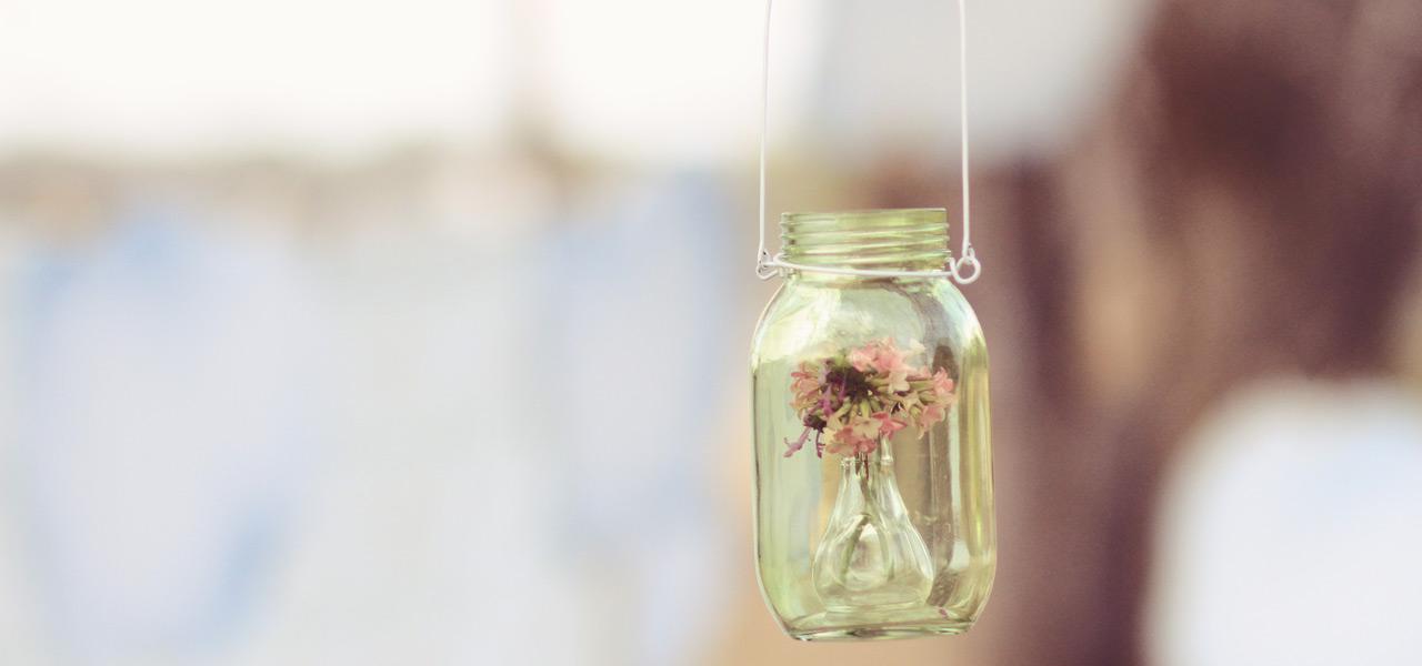 Ungewöhnliche Deko: Schraubgläser als hängende Blumenvasen