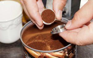 Nachfüllbare Nespresso-Kapseln mit Kaffee füllen