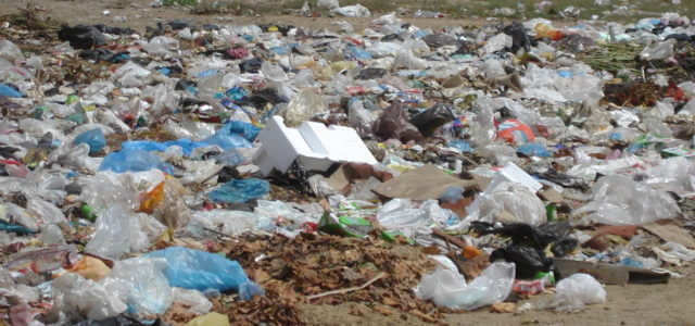 Plastikmüll im Meer und am Strand