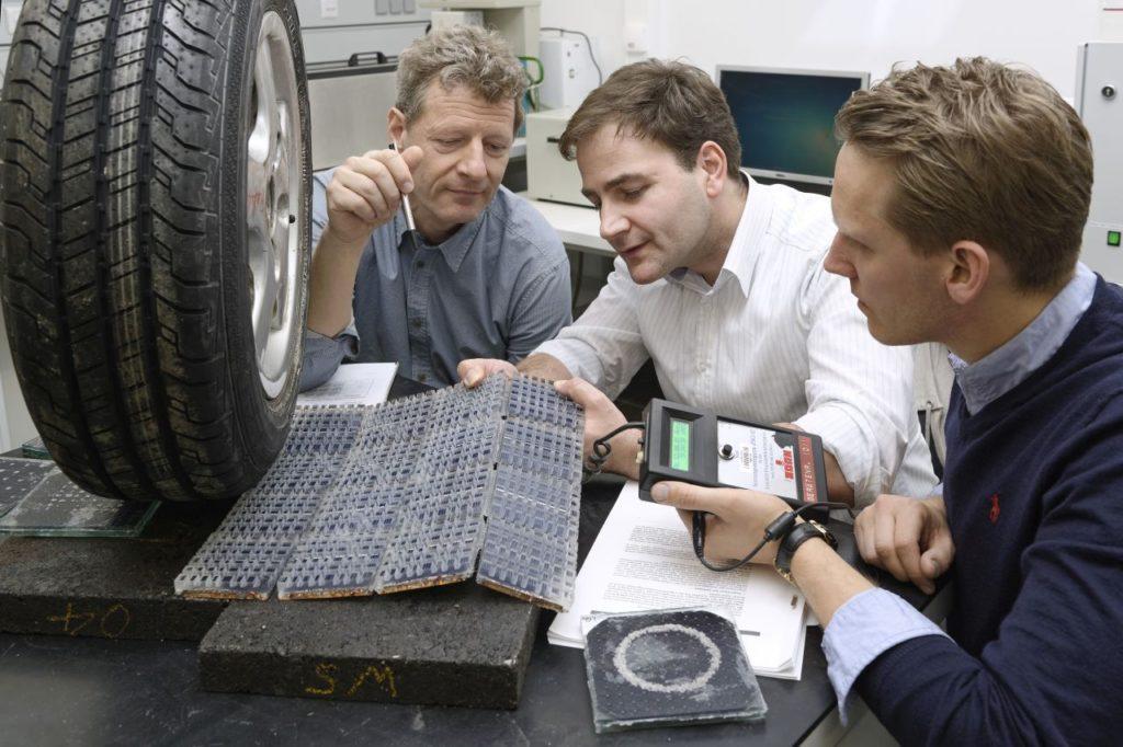 Institut für Strassenwesen der RWTH Aachen:Wissenschaftler um Professor Markus Öser wollen Photovoltaikzellen in die Oberfläche von Strassen integrieren.