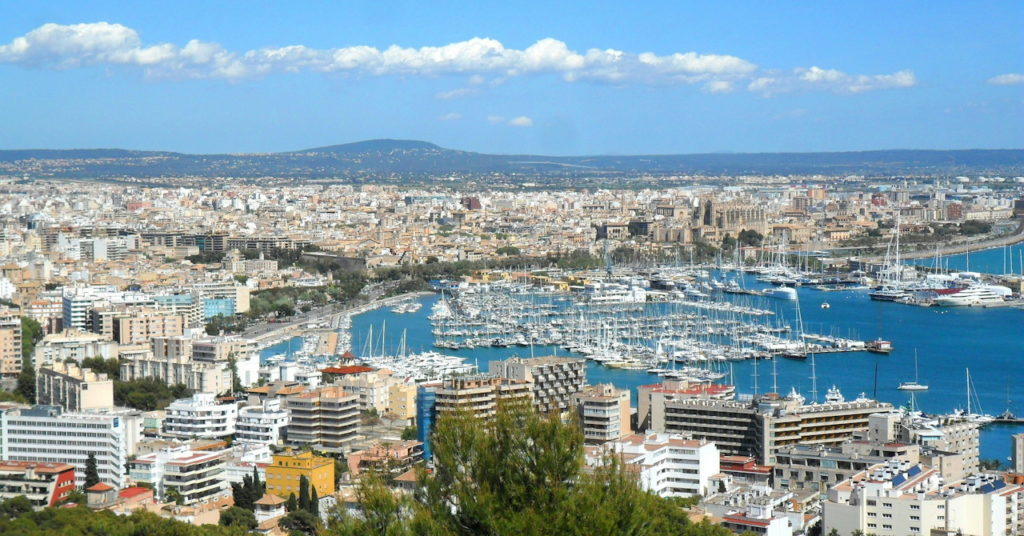 Mallorca wird vom Tourismus zerstört, riesige Bettenburgen säumen die Küste