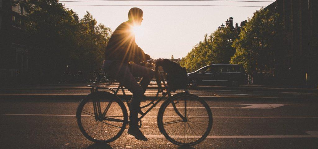 Nachhaltig leben: Mann fährt Fahrrad