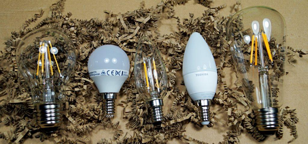Leuchtmittel in verschiedenen Bauformen: LED-Lampen und Energiesparlampen