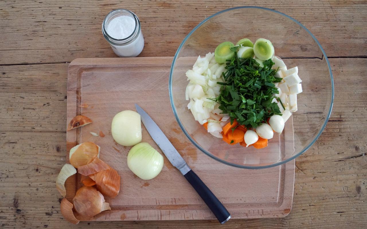 Gemüsebrühe selber machen: Schnippeln