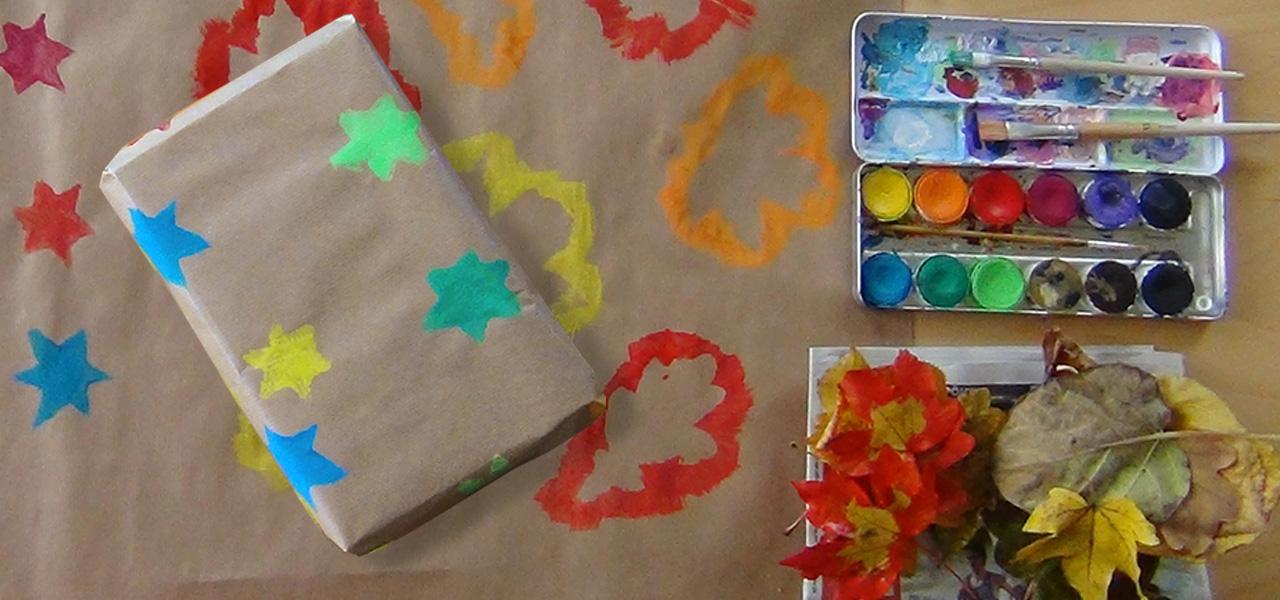 Diy geschenkpapier selber machen 2 ideen sterne bl tter for Geschenke buchen