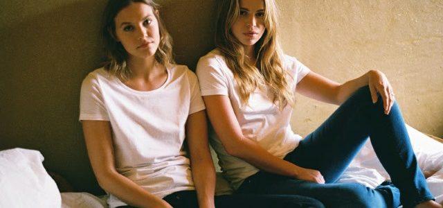Ethical Fashion Show 2017: Mud Jeans Label Frauen mit weißen T-Shirts und Jeans
