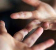 Gutes tun, Hände greifen einander, Hände reichen
