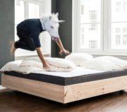 Nachhaltiges Bett von Kiezbett, Einhorn springt aufs Bett