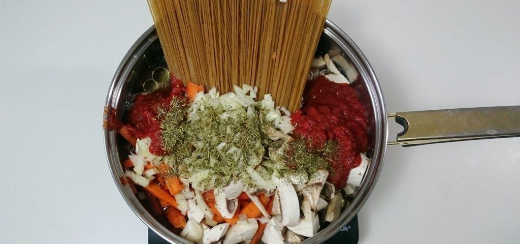 one pot pasta drei leckere rezepte schnell g nstig und saisonal. Black Bedroom Furniture Sets. Home Design Ideas