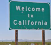 Eric Holden soll Kaliforniens Umweltpolitik vor Trump beschützen, Schild Welcome to California