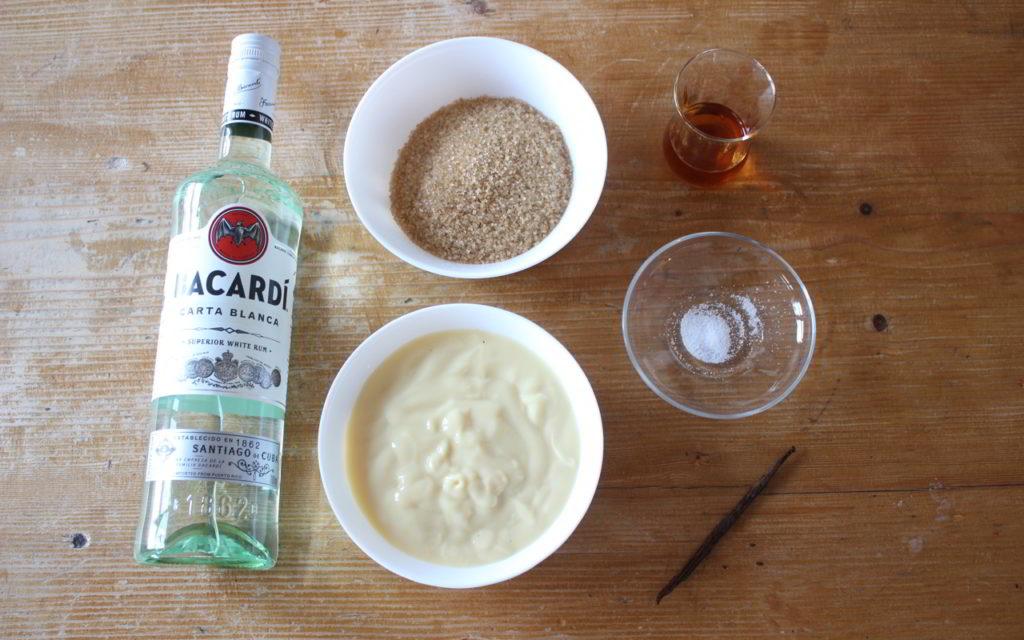 Für veganen Eierlikör brauchst du Vanillepudding, Rum, Rohrzucker, Cointrau und eine Prise Salz.