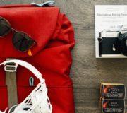 Vegan reisen: Rucksack, Kopfhörer, Kamera sind mit dabei