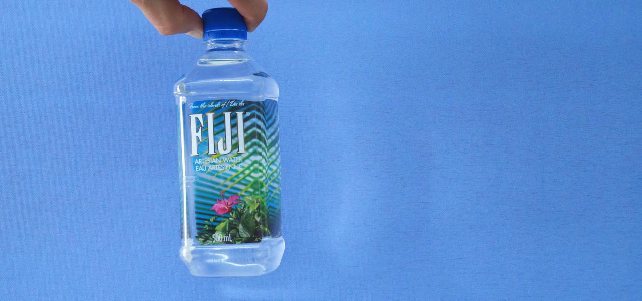 """Nach raffiniertem Golden-Globes-Auftritt: Jetzt klagt das """"Fiji-Water-Girl"""""""