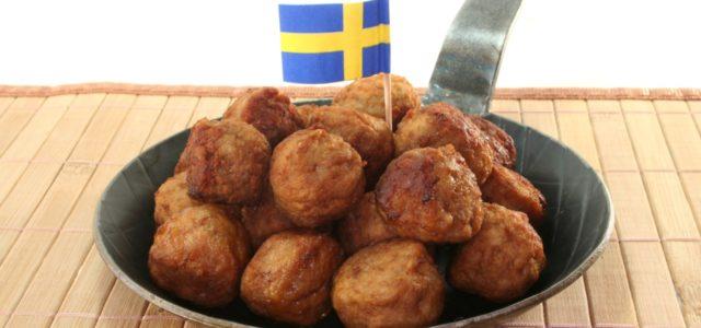 Schweden prüft Fleischsteuer: Köttbullar in einer Pfanne mit schwedischer Fahne