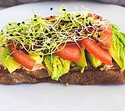 Vegan leben, vegane Aufstriche auf Brot