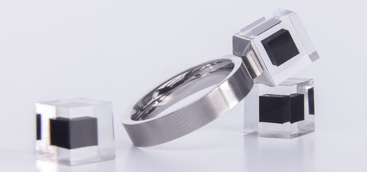 Der Smog Free Ring mit Schmuckstein aus komprimierten Feinstaub.