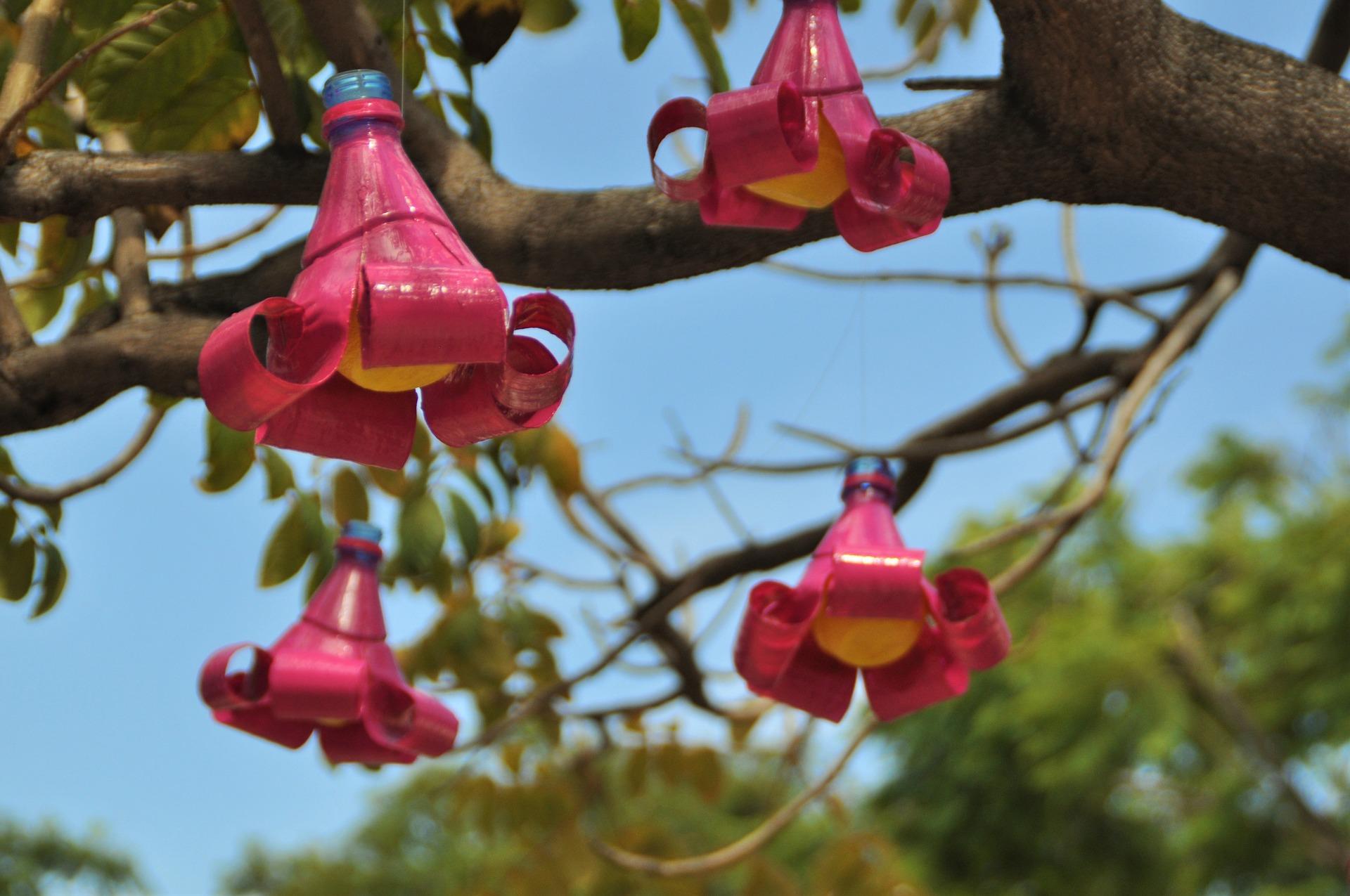 Blumenblüten-Schmuck aus Plastikflaschen