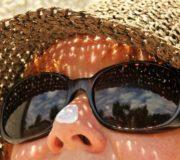 Vor allem im Sommerurlaub ist das Risiko einer Sonnenallergie hoch