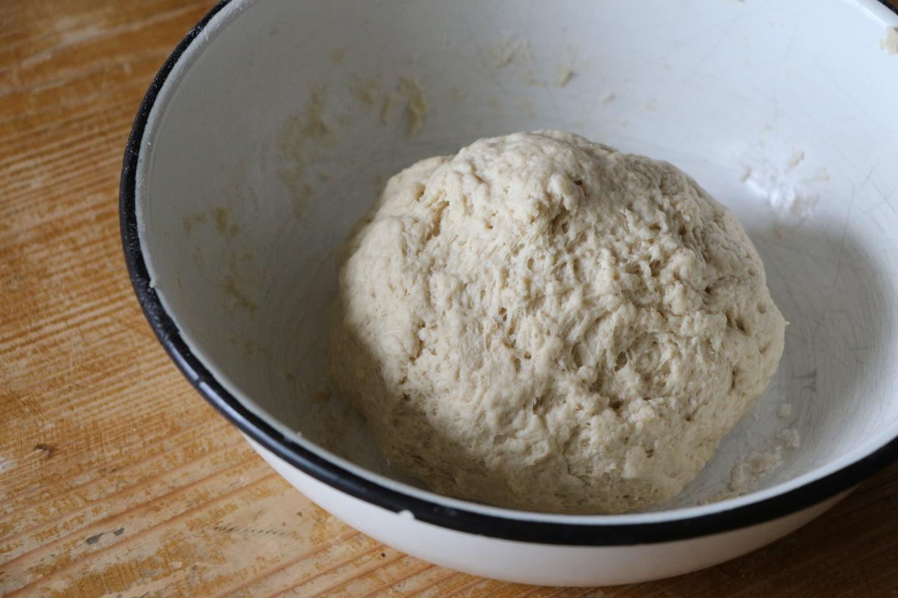 Dinkelbrot-Zutaten zu einem Teig verkneten.