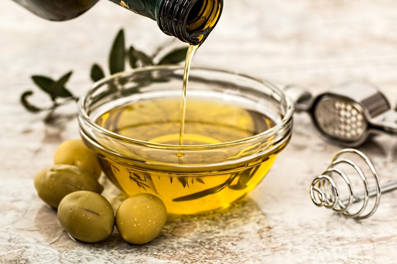 Kaltgepresste Öle sind gesünder als raffenerierte, dürfen aber nicht stark erhitzt werden.