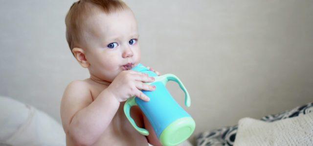 Öko-Test Mineralwasser für Babys, Junge trinkt