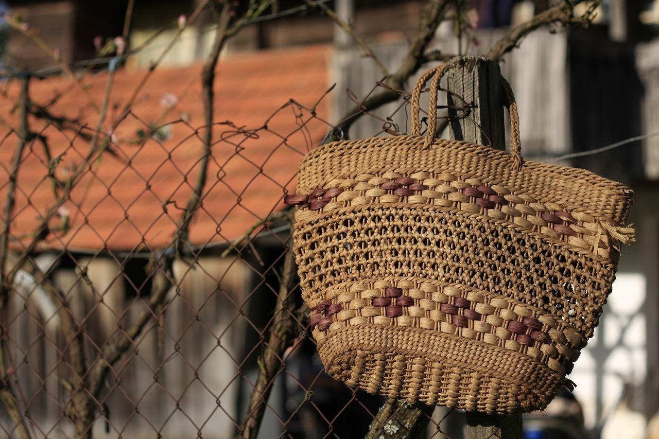 Gib alten Einkaufstaschen- und körben ein zweite Chance und hilf damit Ressourcen zu sparen.