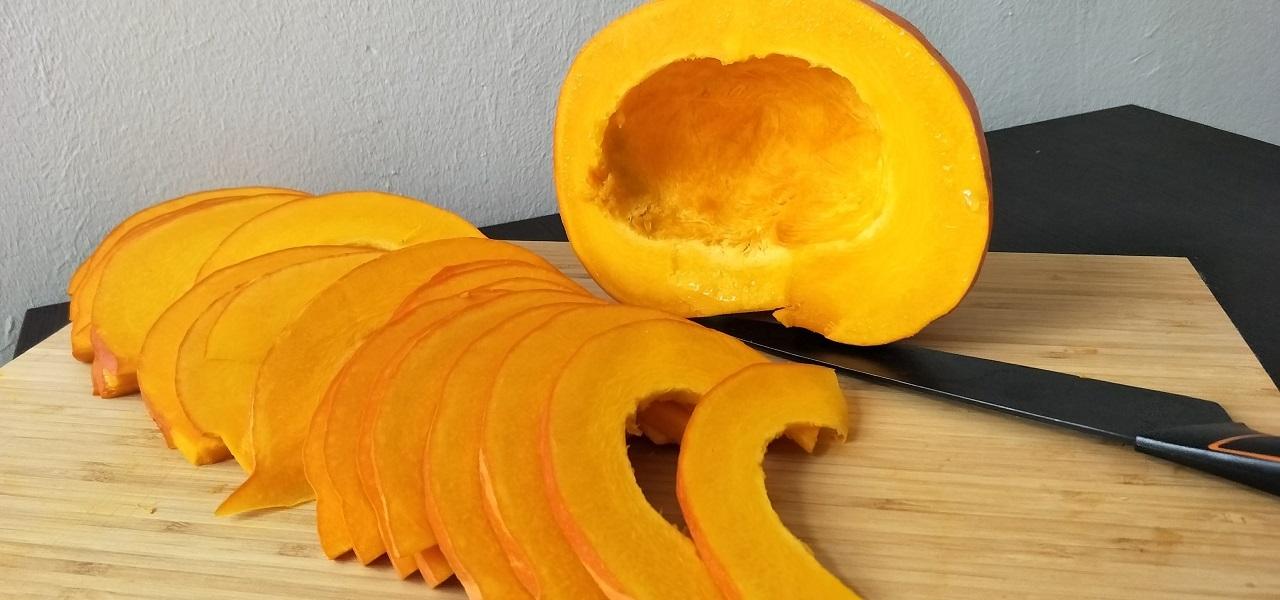 Kürbis kleinschneiden für die Kartoffel-Kür-Pfanne