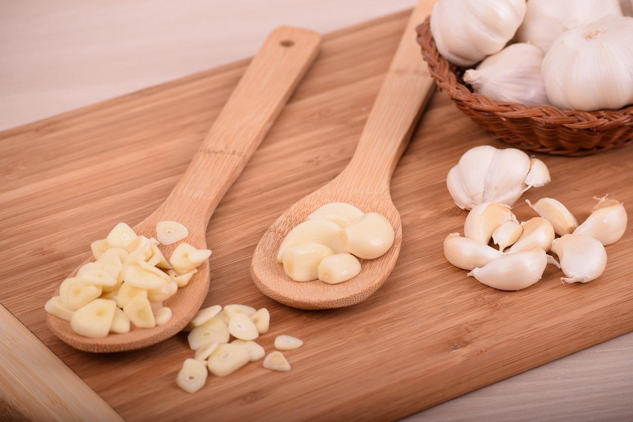 Knoblauchgeruch kannst mit du mit Hausmitteln loswerden