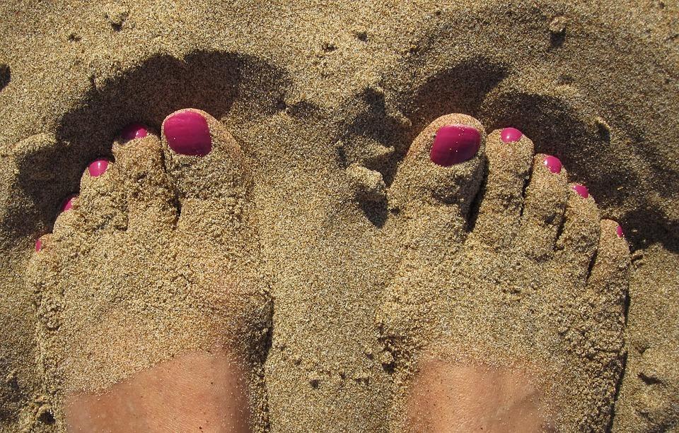 Natursand ist perfekt geeignet, um den Füßen ein Peeling zu verpassen.