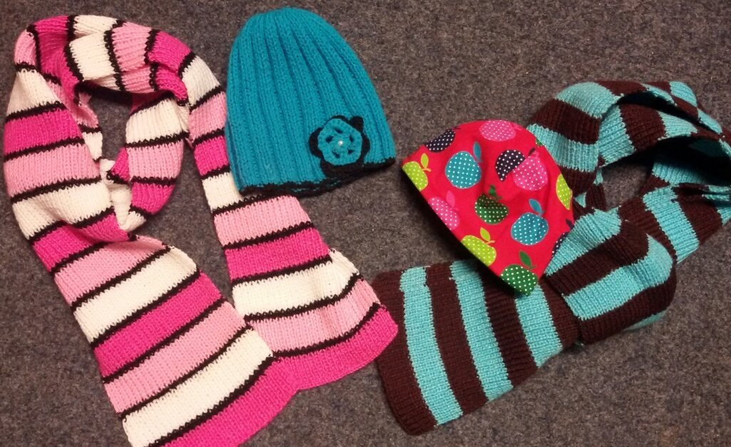 Über einen selbst gemachten Schal oder Mütze freuen sich Kinder und Jugendliche gleichermaßen
