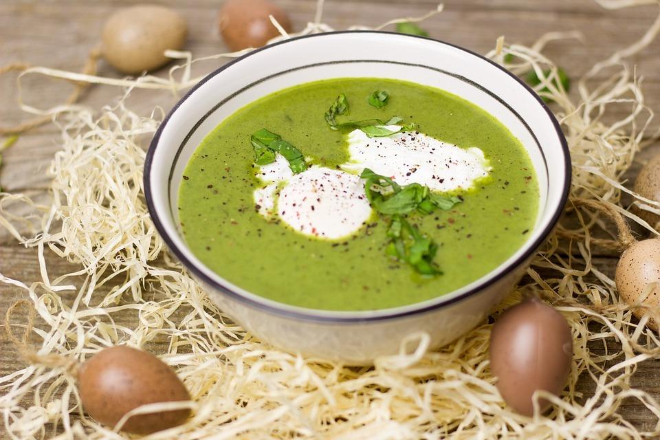 Zur Suppe passen gut pochierte Eier, Creme fraȋche oder Mandelmilch.