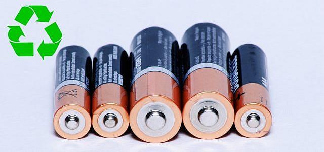 Batterien und Akkus aller Größen müssen gesondert entsorgt werden.