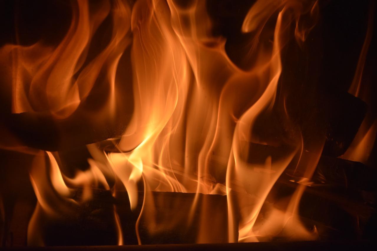 Beim Heizen mit Holz entsteht vergleichsweise viel Feinstaub - bei einer Pelletheizung ist die Emission am geringsten