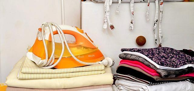 Ein sauberes Bügeleisen schont die Kleidung und den Geldbeutel.