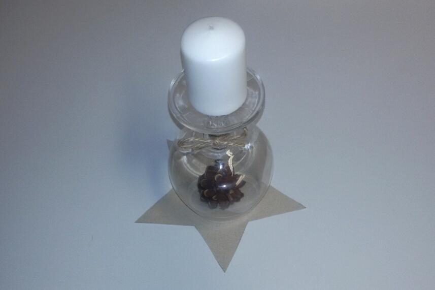 Ein umgedrehter Cognac-Schwenker ist ein hübscher Kerzenleuchter.