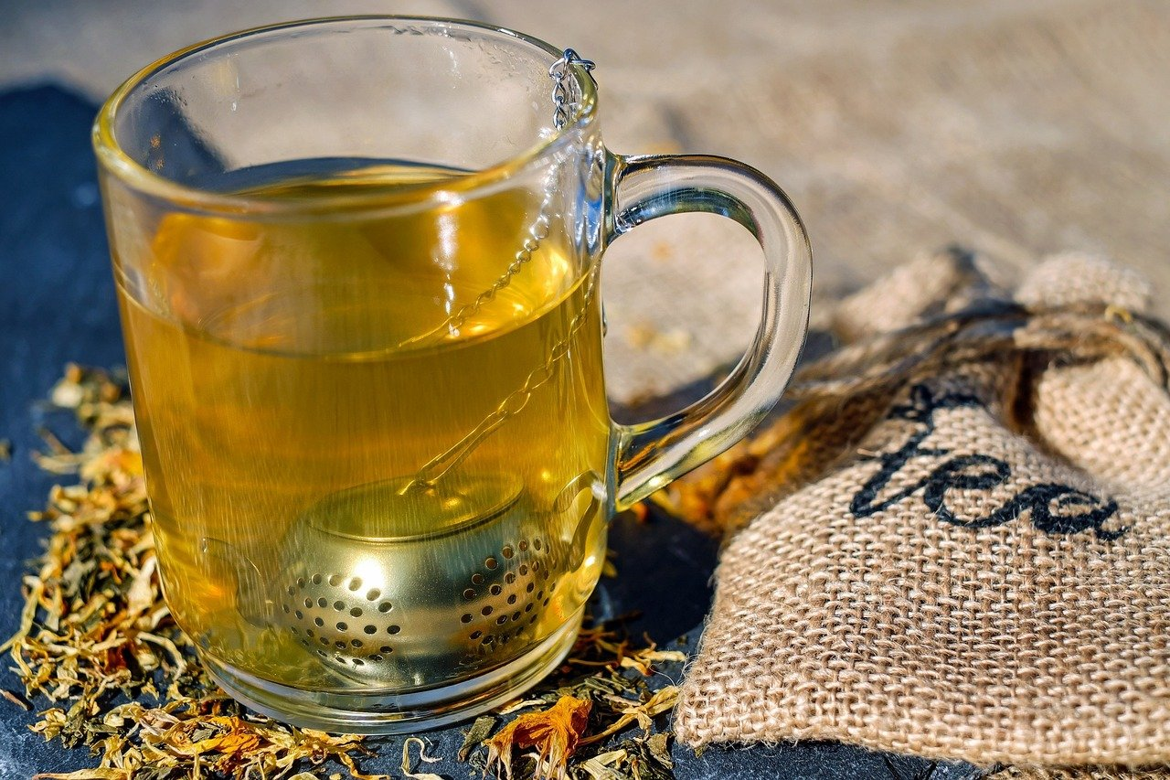 Eine Tasse Kamillentee lindert Magenschmerzen