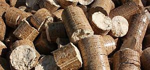 Holzpellets sind in eine gleichmäßige Form gepresste Holzspäne