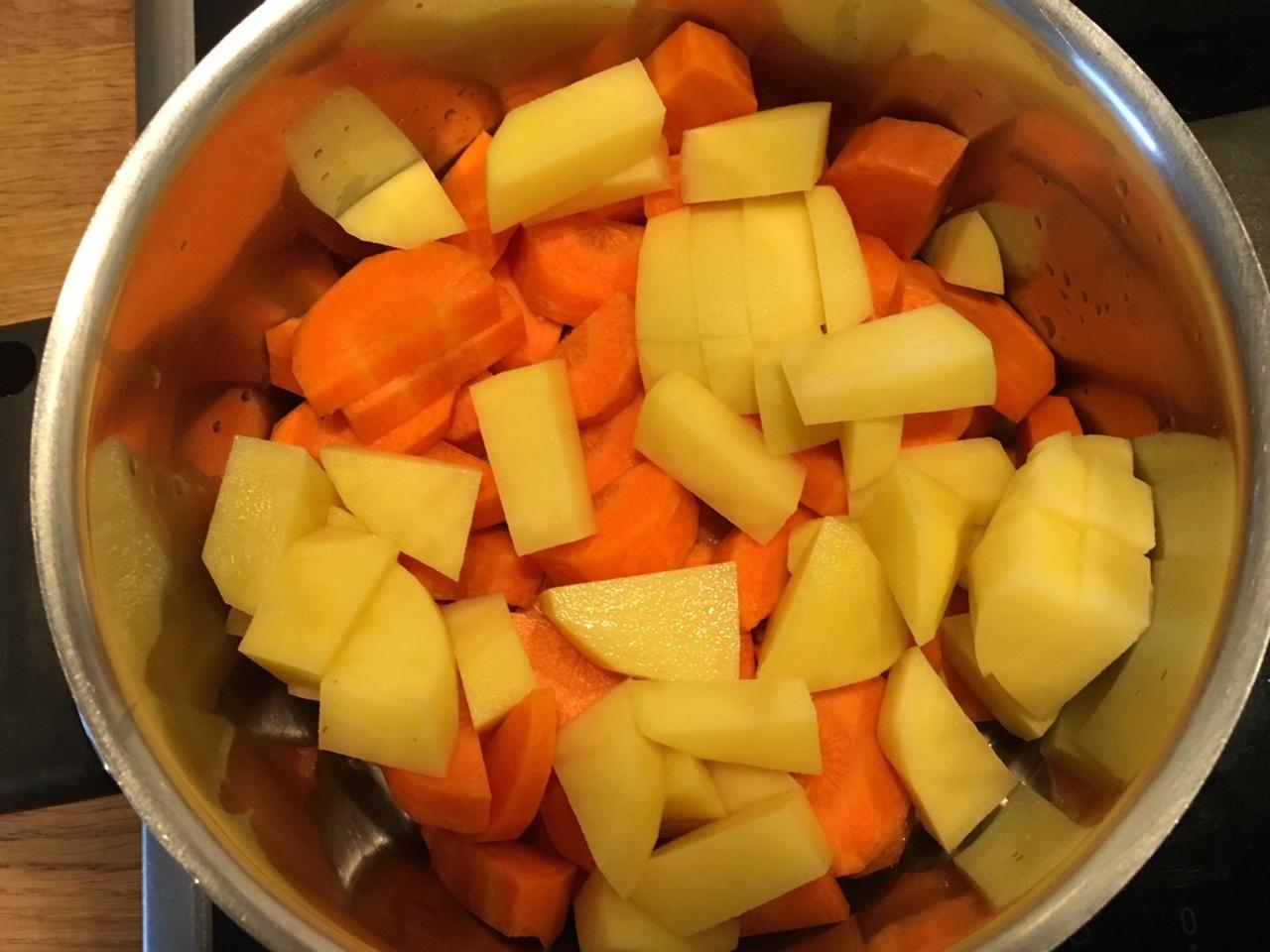 Klein geschnittenes Gemüse im Topf