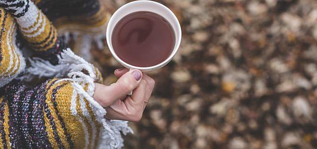Öko-Test Wohlfühltees Frau Hand Tee Tasse