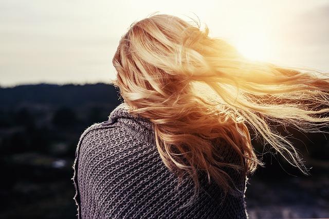 Saure Rinse sorgt für mehr Haarglanz.