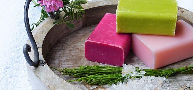 Seife selber machen ist nicht schwer und gleichzeitig eine schöne individuelle Geschenkidee