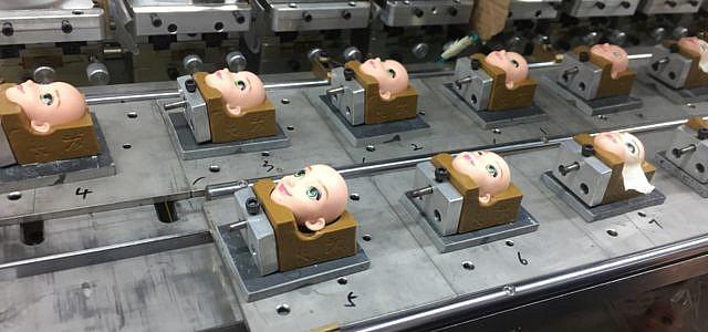 Neuer Bericht: Spielzeugproduktion in China, Puppenköpfe auf dem Fließband