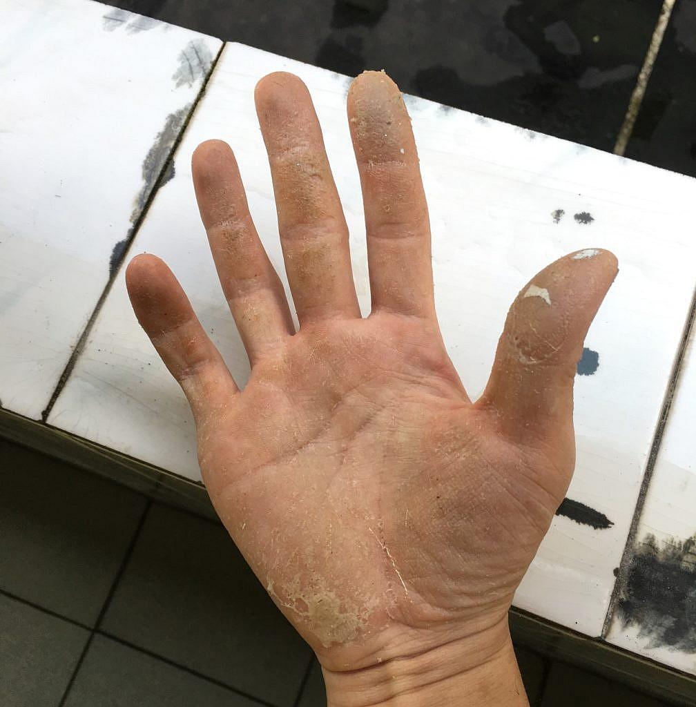 Hand eines Arbeiters während Arbeit mit Heißklebe